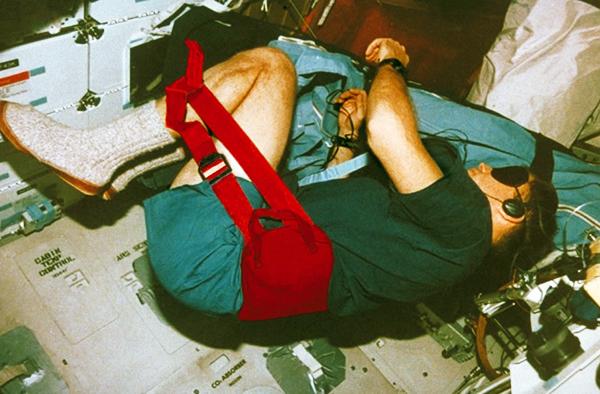 スペースシャトル内の無重力空間でラクナールをつけた宇宙飛行士マーシャ・アイビンス氏
