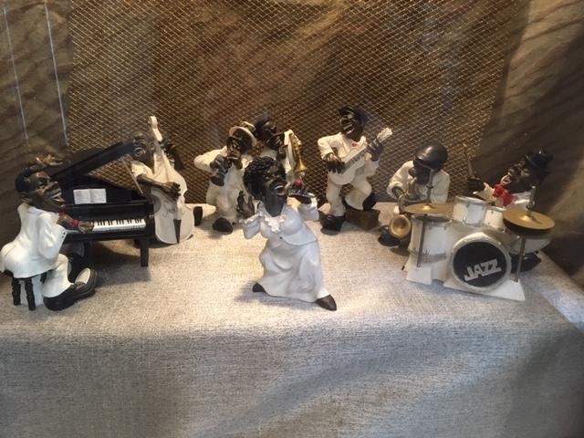 マンション一階の共用部の飾り棚で飾られたR&Bバンドの人形たち